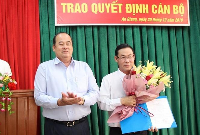 Đồng chí Nguyễn Phú Tân được trao quyết định giữ chức vụ Giám đốc Sở Giao thông vận tải tỉnh An Giang. Ảnh: VGP