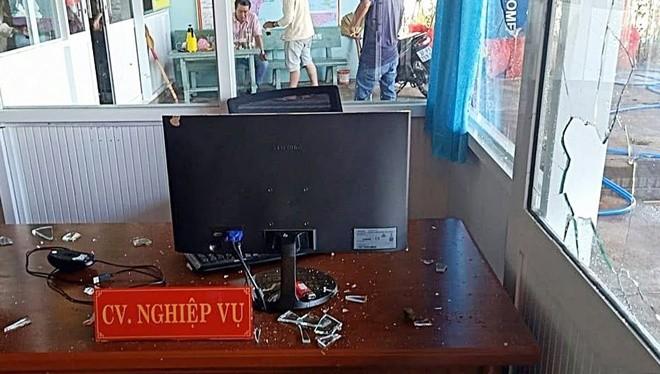 Văn phòng công chứng Trần Ngọc Du liên tục bị ném đá vỡ kính. Ảnh: Tuấn Kiệt/ZIng