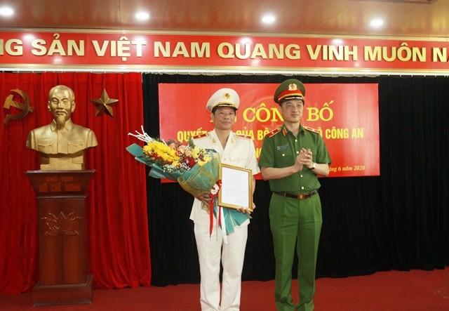 Thứ trưởng Nguyễn Duy Ngọc trao quyết định của Bộ trưởng Bộ Công an điều động, bổ nhiệm Thiếu tướng Trần Minh Lệ giữ chức vụ Cục trưởng Cục Cảnh sát phòng chống tội phạm về môi trường. Ảnh: CAND
