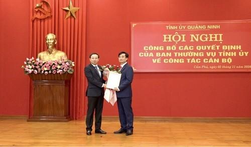 Ông Nguyễn Xuân Ký, Bí thư Tỉnh ủy, Chủ tịch HĐND tỉnh Quảng Ninh trao Quyết định cho ông Nguyễn Anh Tú. Ảnh: ANTT