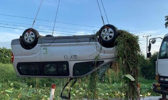 Lực lượng chức năng trục vớt chiếc xe gặp nạn. (Ảnh:TL)