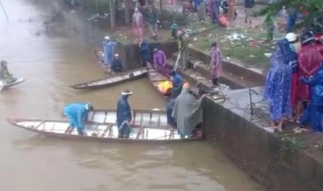 Lực lượng chức năng và người dân tìm kiếm tung tích nam thanh niên lao cả người và xe xuống sông.
