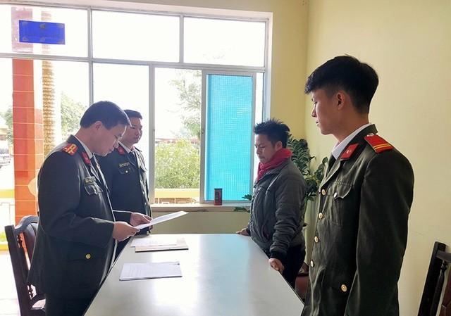 Công an huyện Ba Chẽ tống đạt quyết định xử phạt đối tượng Triệu Đức Giang (ảnh báo Quảng Ninh)