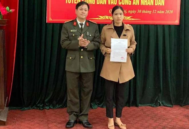 Chị Lê Thị Minh Huê nhận quyết định tuyển dụng. Ảnh: Công an tỉnh Quảng Trị.