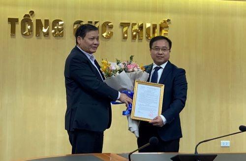 Ông Phi Vân Tuấn - Phó Tổng cục trưởng Tổng cục Thuế (bìa trái) trao quyết định cho ông Đậu Đức Anh. Ảnh: TCT.