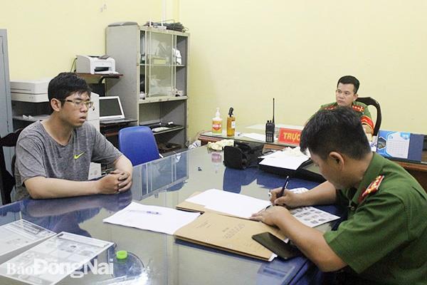 Công an lấy lời khai bị can Mai Xuân Bình.