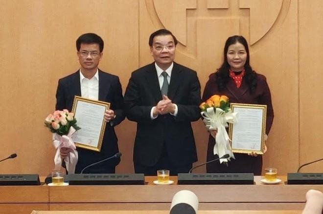 Chủ tịch UBND Hà Nội Chu Ngọc Anh (giữa) chúc mừng 2 nhân sự mới. Ảnh: ANTĐ.