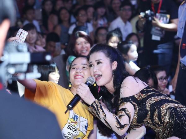 Đông Nhi vừa hát cực sung, vừa chụp ảnh selfie thân thiết cùng khán giả trong lễ hội Nhật Bản