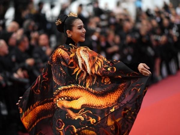 Á hậu Trương Thị May xuất hiện nổi bật trên thảm đỏ LHP Cannes 2019 ngày thứ 9