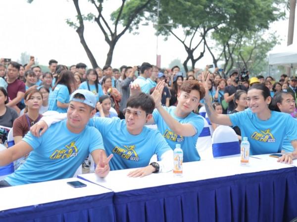 """Hàng trăm fan háo hức tham gia đường chạy cùng các thành viên """"Chạy Đi Chờ Chi"""""""