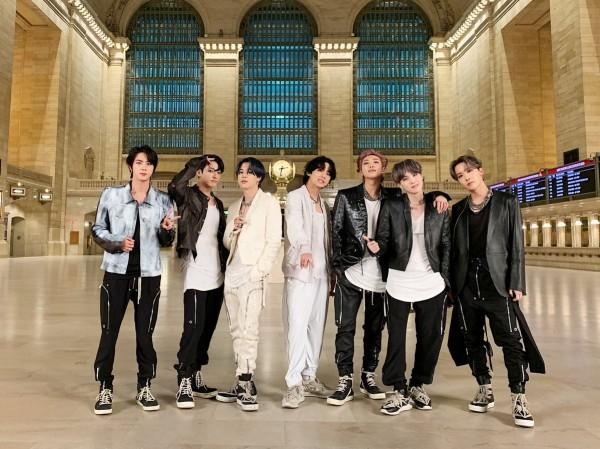 """Fan xót xa nhìn Jin và Jungkook tập nhảy chân trần với vũ đạo siêu khó của """"ON"""""""