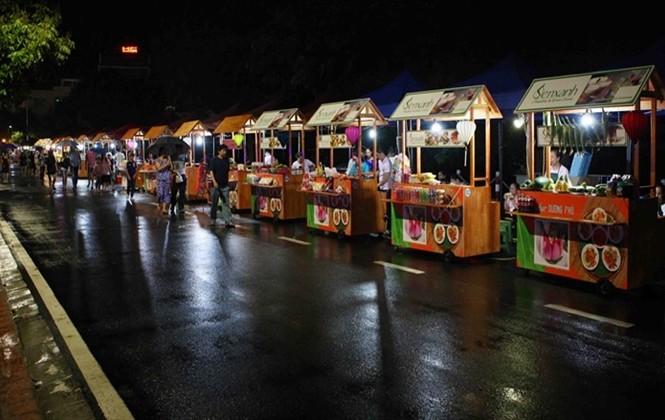 Khám phá 15 gian hàng ẩm thực tại phố đi bộ mới của Hà Nội