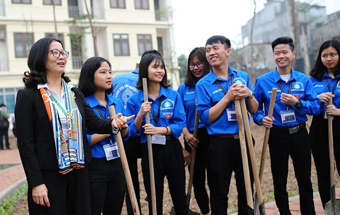 Thầy cô giáo và sinh viên Học viện Nông nghiệp góp sức trồng cây