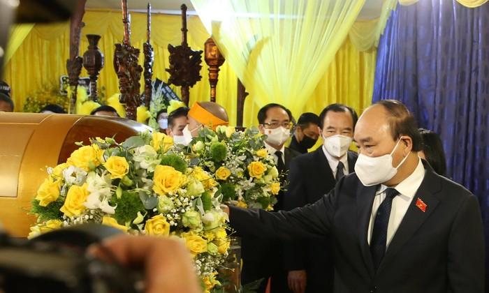 Chủ tịch nước Nguyễn Xuân Phúc viếng Đức Pháp chủ. Ảnh: Kiên Phạm