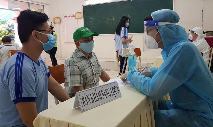 Trước khi tiêm vắc xin phòng COVID-19, học sinh được khám sàng lọc kỹ lưỡng với sự đồng hành của phụ huynh (ảnh chụp ngày 27/10 tại TPHCM). Ảnh: V.S