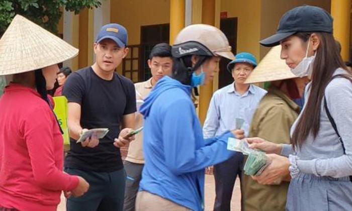 Vợ chồng ca sĩ Thủy Tiên phát tiền hỗ trợ người dân miền Trung năm 2020