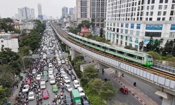 Đường ùn tắc do nhiều xe cá nhân, trong khi đường sắt Cát Linh - Hà Đông chỉ vận hành kỹ thuật rồi lại xếp bãi đỗ. Ảnh: Tr. Đ
