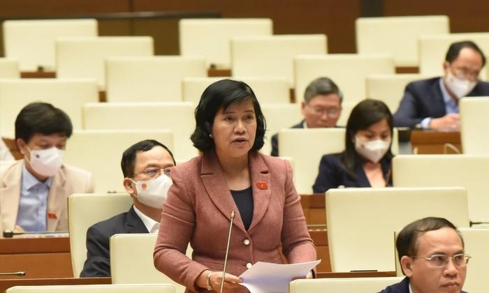 Đại biểu Nguyễn Thị Lệ Thủy (Bến Tre) đề nghị làm rõ vì sao tỷ lệ thu hồi tài sản tham nhũng lại giảm mạnh Ảnh: NHẬT MINH