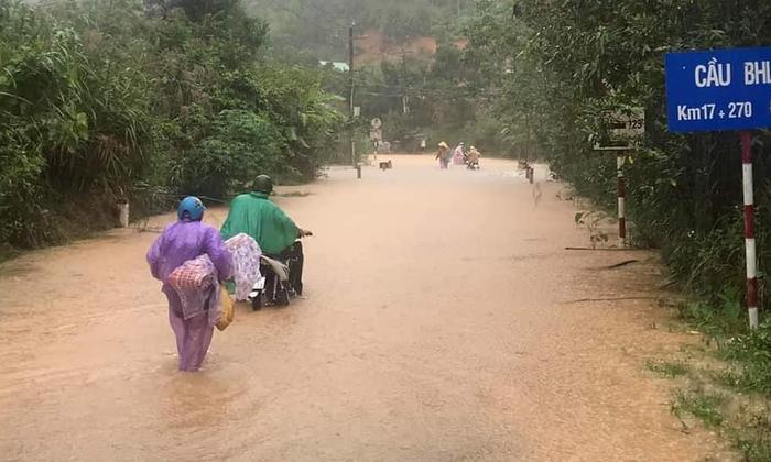 Mưa lớn kéo dài khiến nhiều tuyến đường ở Quảng Nam ngập sâu, xuất hiện các điểm sạt lở. Ảnh Liêm Kalang