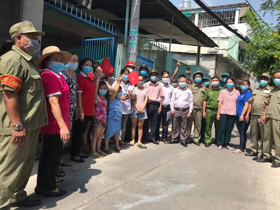 Người dân đường Nguyễn Phúc Chu, P.15, Q.Tân Bình vui mừng khi được gỡ phong tỏa (ảnh:HCDC)