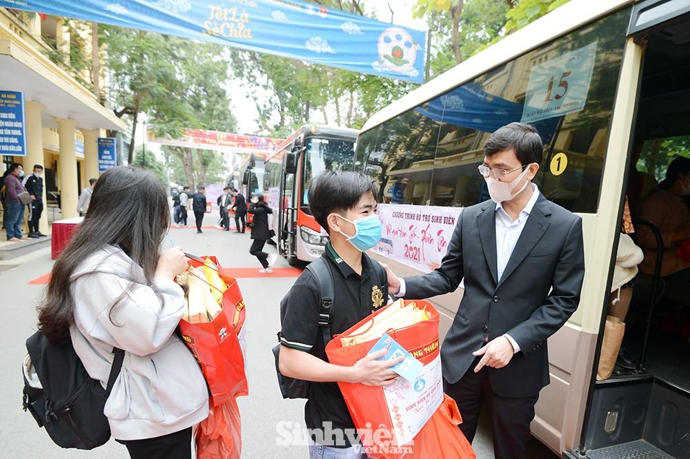 Hỗ trợ hàng ngàn sinh viên đi xe miễn phí về quê đón Tết sớm - ảnh 1