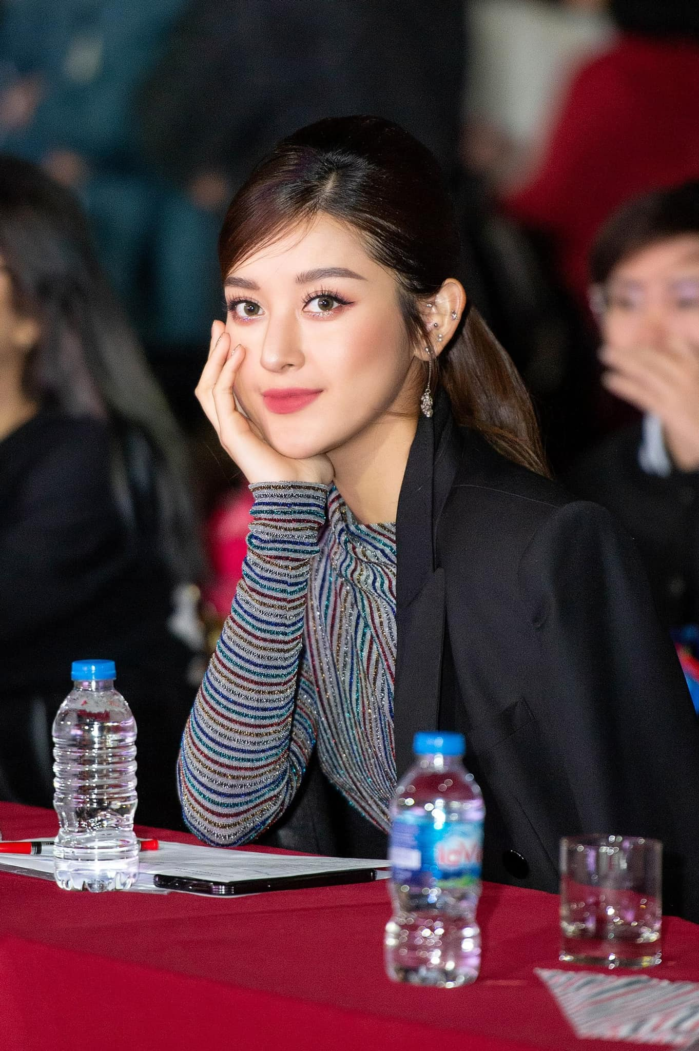Đỗ Thị Hà xinh đẹp với trang phục lạ mắt, Á hậu Phương Anh