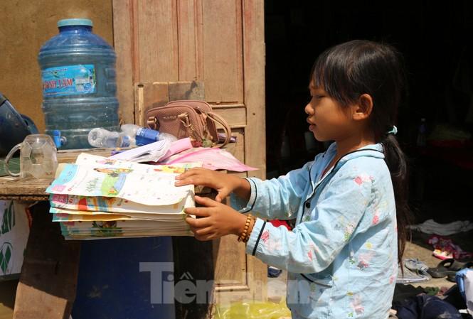 Sách vở bị lũ cuốn trôi, học sinh rốn lũ Quảng Bình khó khăn trước ngày trở lại trường