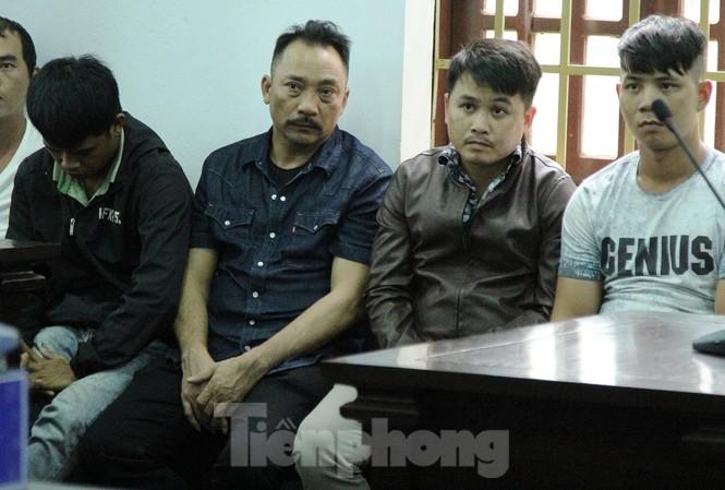 Phan Hữu Phượng (ở giữa) tại phiên xét xử sơ thẩm