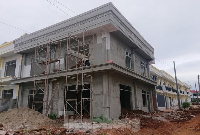 Những ngôi nhà liền kề đã hoàn thành xây dựng khi chưa được phép
