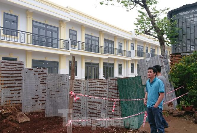 Dãy nhà này xây dựng khi chưa được UBND tỉnh Đắk Lắk giao đất. Chủ đầu tư cho vây kín tôn tứ diện dự án
