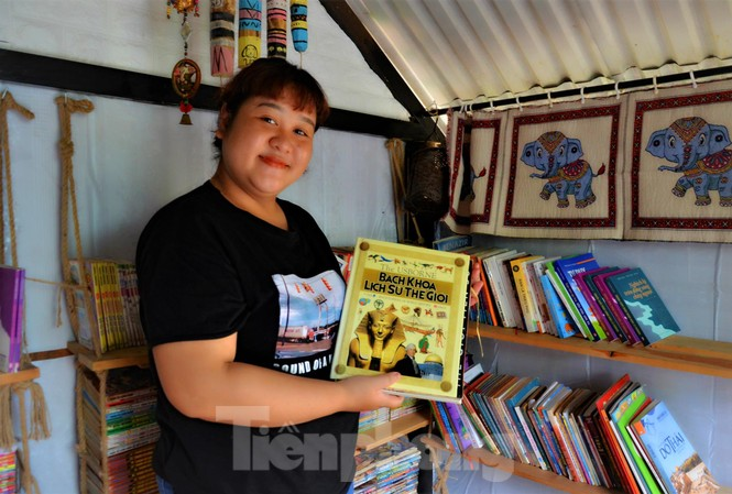 H'Dresden với cuốn sách quý mà Cố NSND Y Moan tặng con gái từ khi cô mới biết đọc
