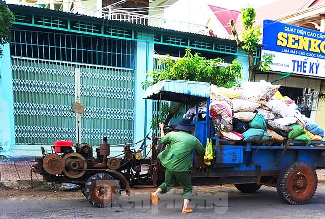 Hối hả xúc và chở rác khỏi thị trấn
