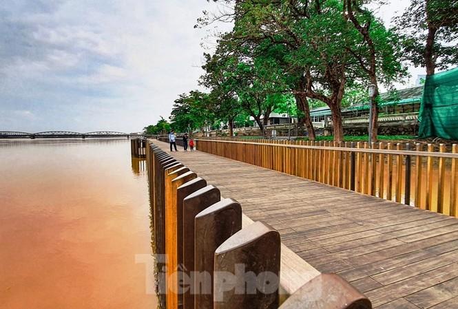 Cây cầu gỗ lim siêu sang tại Huế sau lũ.