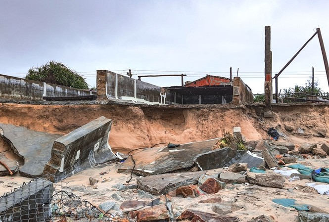 Nhà cửa ven biển Thừa Thiên Huế tan nát do sóng biển xâm thực dữ dội.