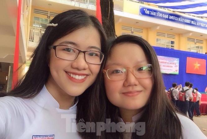 Nguyễn Thị Vân Anh (bên phải), người duy nhất của TPHCM đạt điểm 10 môn Lịch sử