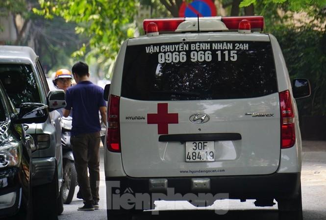 Xe cấp cứu đưa nghi phạm vào viện.