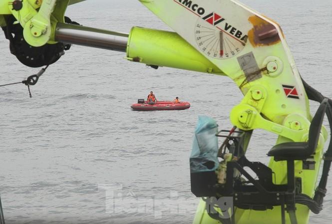 Thợ lặn Hải quân chưa thể vào bên trong tàu cá bị chìm