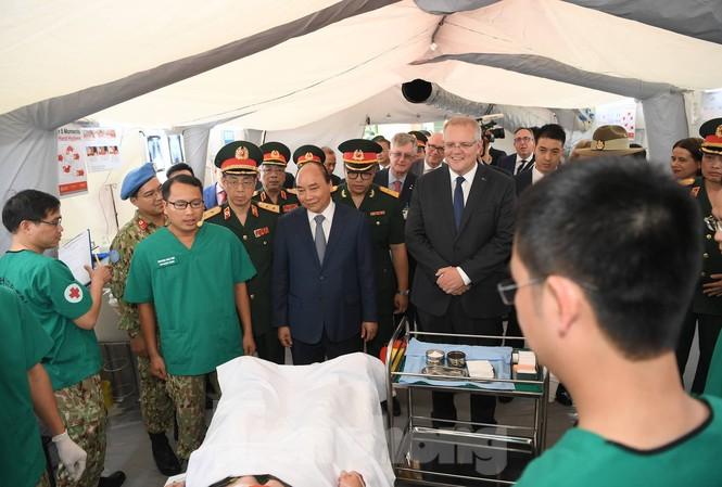 Thủ tướng Nguyễn Xuân Phúc và Thủ tướng Scott Morrison đến thăm Bệnh viện dã chiến cấp 2 số 2. Ảnh: Như Ý