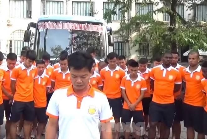 Cầu thủ đội Dược Nam Hà- Nam Định cúi đầu xin lỗi người hâm mộ cả nước - Ảnh: Hoàng Long