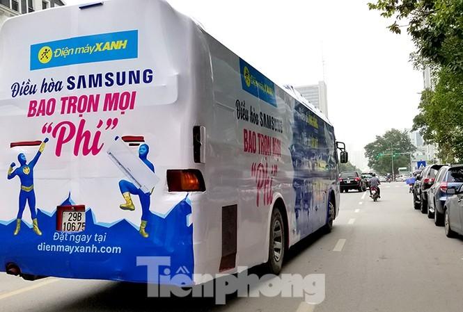 Xe quảng cáo cho một siêu thị điện máy trên đường phố Hà Nội