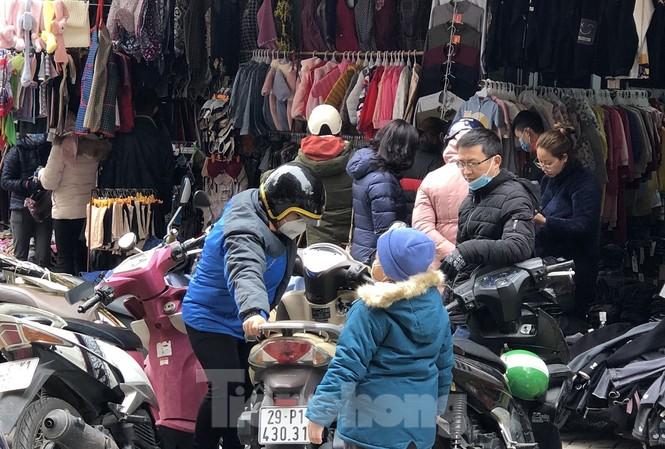 Người dân đổ xô đi mua quần áo lạnh tại các vỉa hè