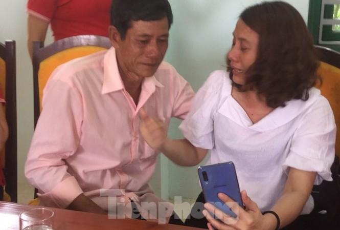 Cô Hon (bìa phải) xúc động gặp lại anh trai .Ảnh: Duy Chiến