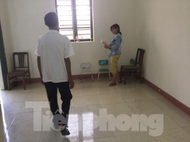 Cô Mơ cùng cha chuẩn bị rời Trung tâm BTXH tỉnh Lạng Sơn về quê .Ảnh: Duy Chiến