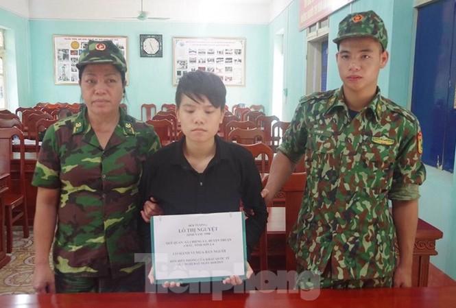 Đối tượng Nguyệt (giữa) bị bắt giữ khi mang trẻ sơ sinh qua đường mòn biên giới .Ảnh: Vi Toàn
