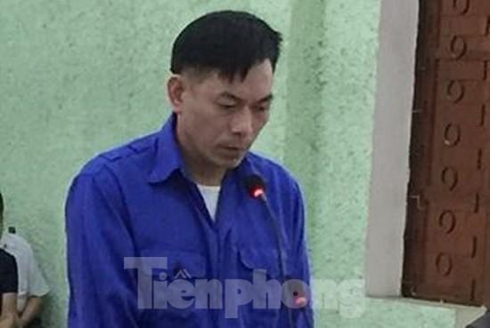 Bị cáo Thuận ra tòa, lĩnh án chung thân .Ảnh CB