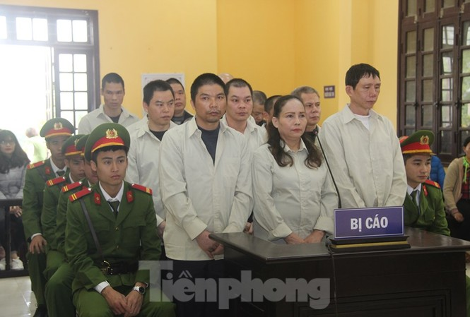 Bị cáo Vi Văn Thế (ngoài cùng bên phải) cùng các đồng phạm hầu tòa. Ảnh: Duy Chiến