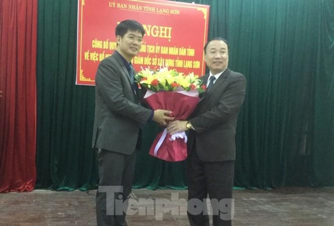 Lãnh đạo tỉnh Lạng Sơn trao quyết định, tặng hoa chúc mừng ông Nguyễn Sỹ Tân (bìa trái), GĐ sở Xây dựng. Ảnh: Duy Chiến