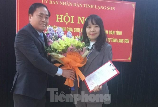 Lãnh đạo tỉnh Lạng Sơn trao quyết định, tặng hoa tân Phó giám đốc sở KH-ĐT tỉnh Lạng Sơn (bìa phải). Ảnh: Duy Chiến