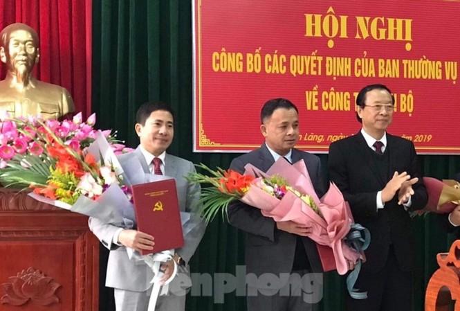 Chủ tịch tỉnh Lạng Sơn (bìa phải) trao Quyết định, tặng hoa cho các ông: Nguyễn Văn Trường, Trần Thanh Hải .Ảnh: Nguyệt My
