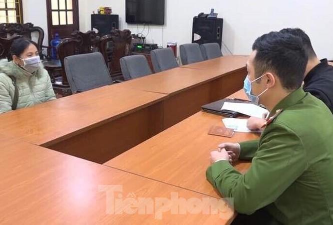 Bà Dâng (bìa trái) trình bày với các cơ quan chức năng về hành vi rời Trung đoàn 123 Lạng Sơn .Ảnh: TL
